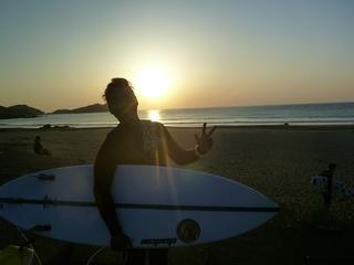 11 日の出とともにサーフィン (1).JPG