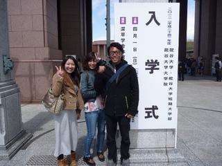 P1050501正門前にて.JPG