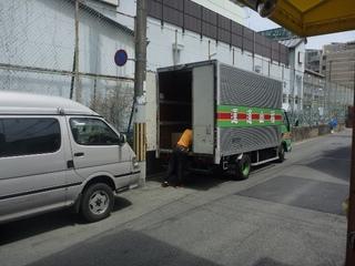 P1090473お店にトラック〜.JPG